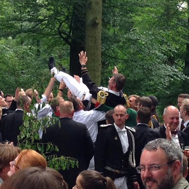 Vielumjubelter König Michael Rose nach dem golden Schuss 2016 an der Vogelstange am Wido.