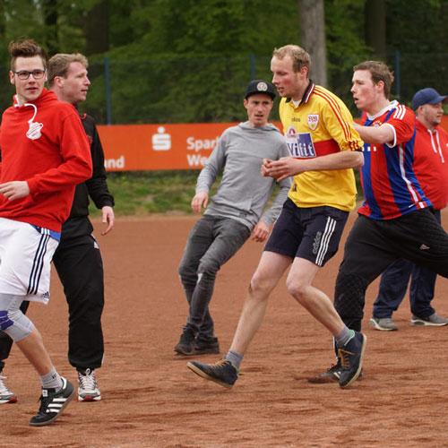Hiddingsels Osterbrauch, das Ballhauen, scheint sein Schattendasein zu beenden. Zwei schlagkräftige Mannschaften standen sich bei den Erwachsenen gegenüber.