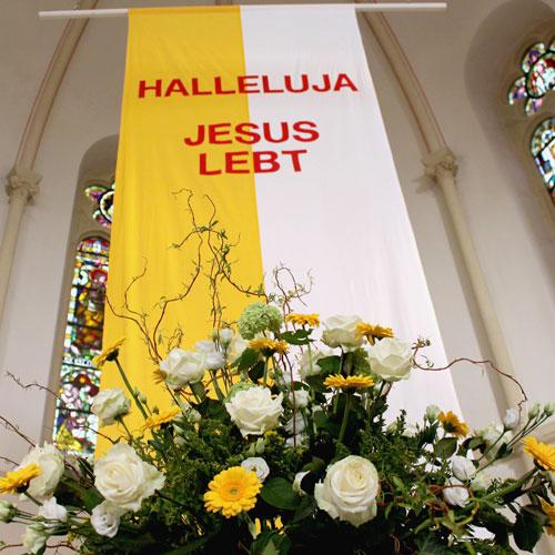 """Impressionen in der St. Georg Kirche zu Ostern 2017. """"Halleluja Jesus lebt."""" Prachtvoller Blumenschmuck. Nach dem Ostervigil und dem entzünden der Osterkerze."""