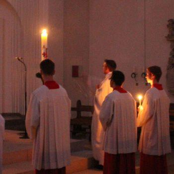 Segnung der Osterkerze während der Ostervigil in der St. Georg Kirche Hiddingsel.
