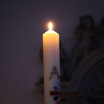 Lichterstimmung zu Ostern während der Ostervigil in der St. Georg Kirche Hiddingsel.