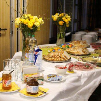 Die Gemeinde traf sich nach dem Ostervigil zum gemeinsamen Frühstück im Pfarrheim.