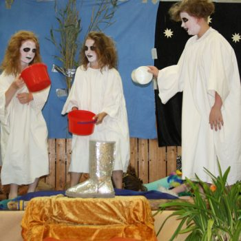 Toll geschminkt und mit phantasievollen Kostümen begeisterten die Kinder ihr Publikum, es wurde begeistert gesungen, getrommelt und geschauspielert.