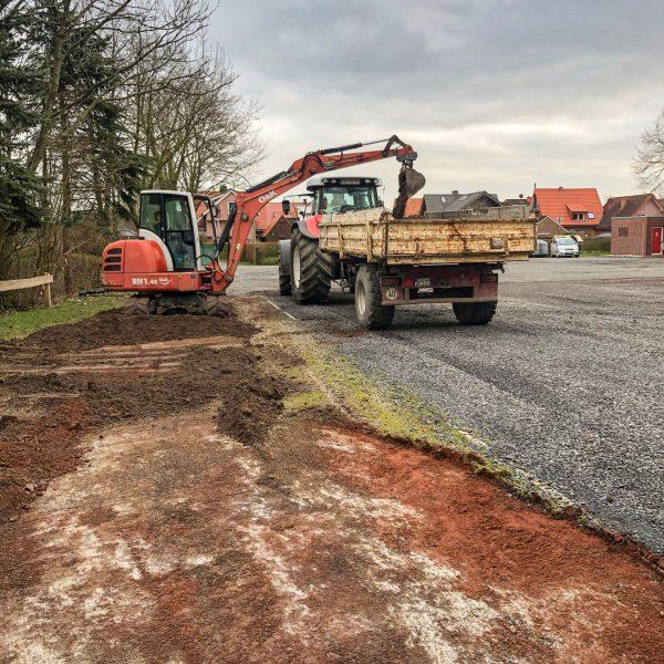 Schweres Gefährt wurde am Wido zur Errichtung des neuen Schotterplatzes aufgefahren.