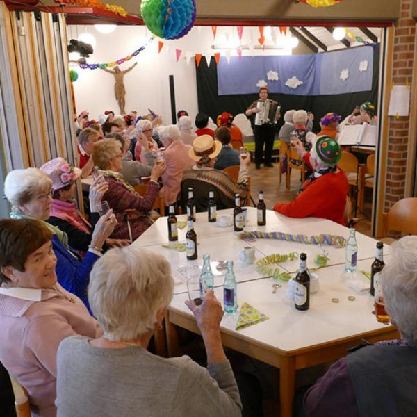 Ausgiebig feierte die Frauengemeinschaft Karneval in 3 Etappen im Pfarrheim Hiddingsel