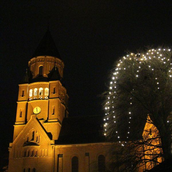 Die Hiddingseler St. Georg Kirche wird mit Licht zur Adventszeit angestrahlt