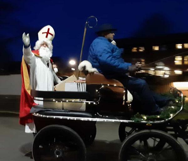 Der Nikolaus begrüßt die Kinder von Hiddingsel.