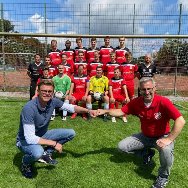 Mannschaftsfoto des SV Vorwaerts Hiddingsel mit Trikotsponsor Dirk Prumann (vorne links) von der Provinzial und dem neuen ersten Vorsitzenden Klaus Dennstedt (vorne rechts)
